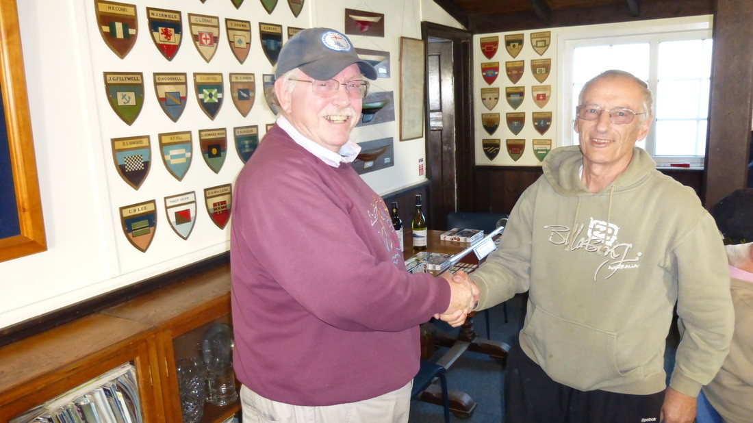 Laurie Bower (l) presents Dave Andrews with the winners spoils at the 36R Nationals 2014- Click for larger image